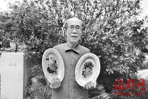 高先生是福州万博体育manbetx地址厂的老员工,手里拿着上世纪70年代生产的万博体育manbetx地址盘
