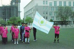 初中队打出队旗|足球|球队