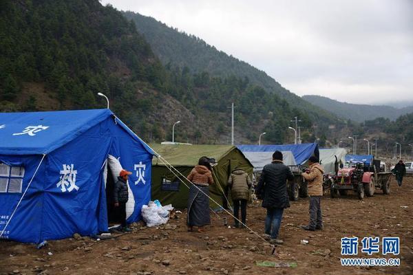 西藏日喀则市吉隆县吉隆镇受灾群众被安置在空旷地带(4月27日摄).