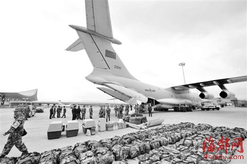 中国空军4架伊尔-76飞机投入尼泊尔抗震救灾