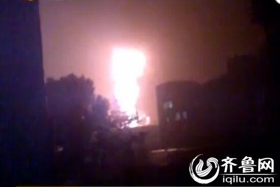 爆炸引起很亮的火光。(视频截图)