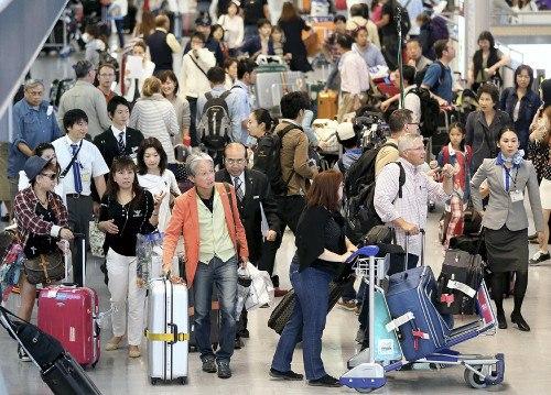 旅游归来的人潮,到处都是提着行李拖家带口的民众,场面略显拥挤混乱.图片