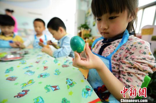 """""""立夏""""扬州儿童手绘七彩""""斗蛋""""体味民间习俗"""
