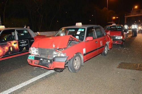 的士车头严重损毁。(图:香港《星岛日报》网站)