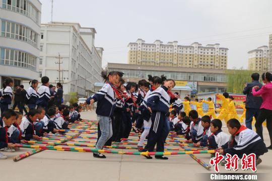 5月,甘肃临夏州民族团结进步宣传月活动启动,图为进校园宣传.