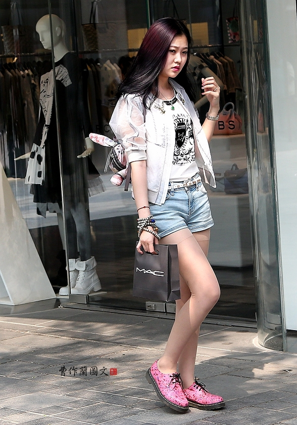 超短裙,超短裤的最精妙之处在于可以尽情展示美腿.图片