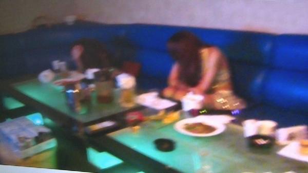 陪酒女现场被逮,感到十分惊慌。(图片来源:台湾东森新闻)