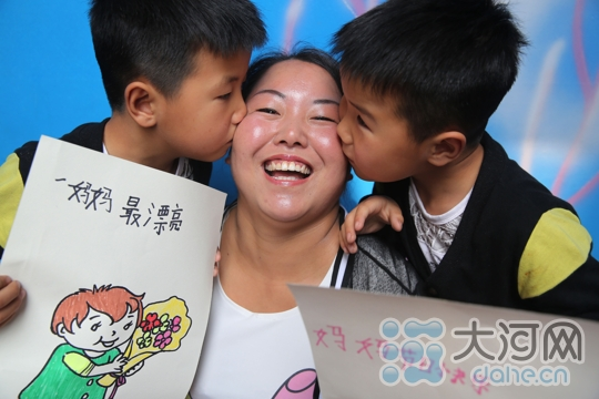"""宝丰县小朋友用自己的亲笔画祝福妈妈""""母亲节""""快乐"""