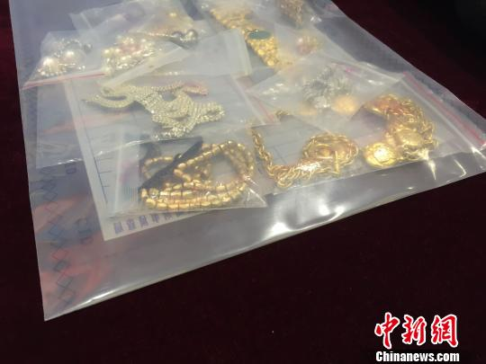 警方展示缴获的部分赃物龙宇阳摄