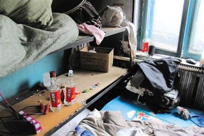 徐纯合租住的房子杂乱不堪,床头,窗台的空酒瓶非常显眼.图片