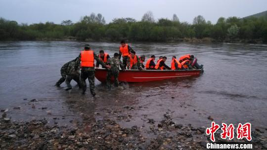 黑龙江伊春5人因洪水被困景区消防官兵成功救援图片由消防部门提供摄