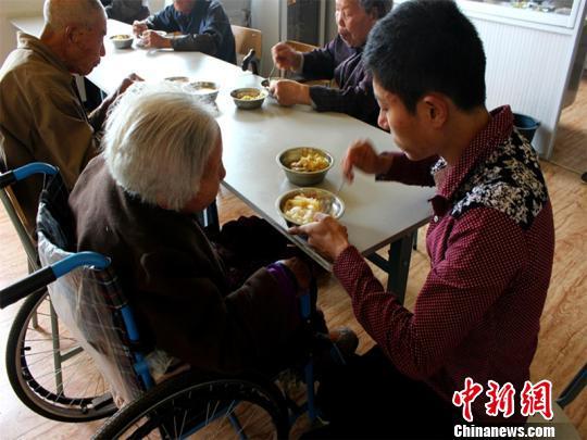 朱明梁喂生病奶奶吃饭金平摄