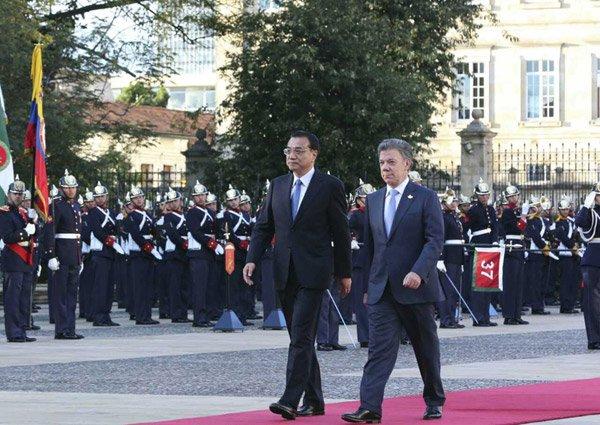 当地时间21日下午,哥伦比亚总统府举行隆重仪式。李克强在桑托斯总统陪同下走上红地毯,检阅仪仗队。据中国政府网