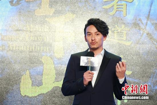 张震赞郭富城朝气十足 张震介绍称,自己在片中饰演一位原本不会武功