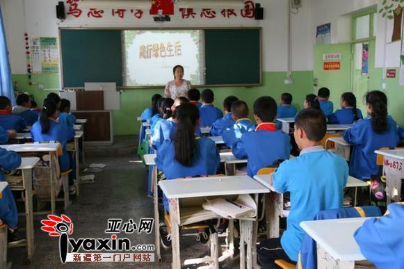 该校利用升旗仪式,校园广播,黑板报,宣传栏,班会等形式,向全体师生