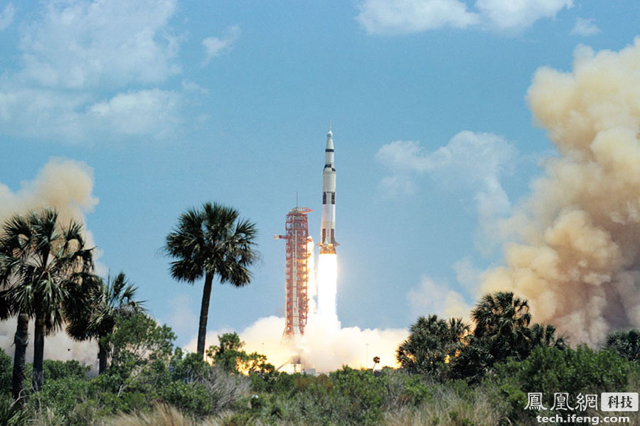 """我们看到的大型火箭,绝大部分空间都是用来储存燃料,以美国阿波罗计划中的""""土星5号""""运载火箭为例,仅第一级就装有2075吨液氧煤油推进剂,点火后在短短的2分34秒内就将这些""""饮料""""全部""""喝""""完,却仅能将47吨有效载荷送上月球。"""