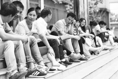 6月12日,清华大学自主招生考试在河南电大举行,考场外的家长在希图片