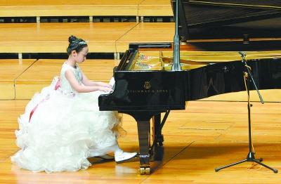 莫扎特等大师的杰作,还和小伙伴们联手表演古筝,钢琴二重奏《彩云追月图片