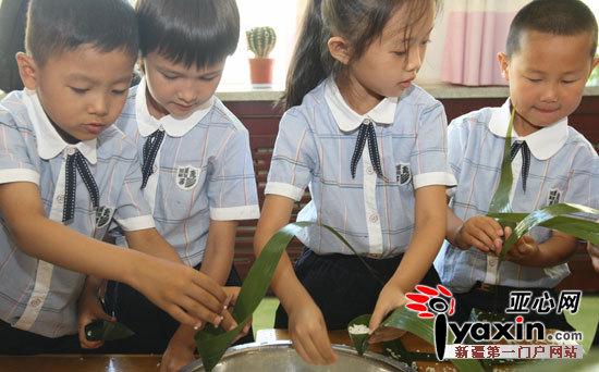 6月18日,白碱滩区中兴幼儿园小朋友正在学习包粽子比赛。 当日,新疆克拉玛依市白碱滩区中兴幼儿园开展童心聚首粽子情深包粽子主题活动,近30名大班的民汉小朋友,在老师的指导下,学习包粽子、知传统、增友情活动,迎接传统佳节端午节的到来。