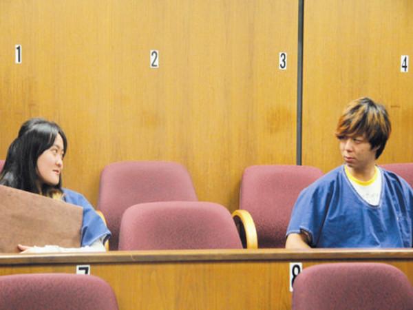 图为张鑫磊(右)和翟芸瑶(左)