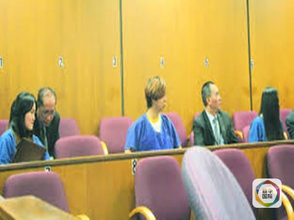 图为3名中国留学生在初审时