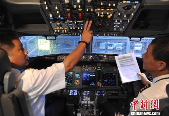 8l9627航班驾驶员正在准备起飞. 刘忠俊 摄