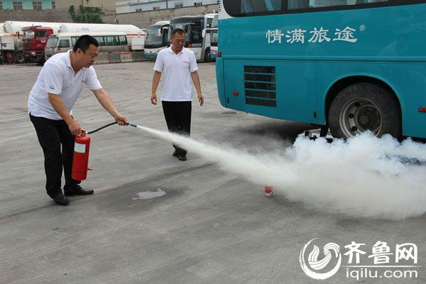 """26日,一场由青岛交运东方客运分公司举行的消防应急逃生演练让人""""捏了把汗""""。"""