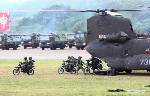 阿帕奇武装直升机台湾军队进行空地快速突击演示黑鹰直升机编队通场舰