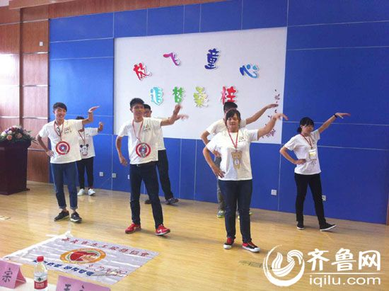 台湾义工为桑梓店中心小学小学生们表演节目。
