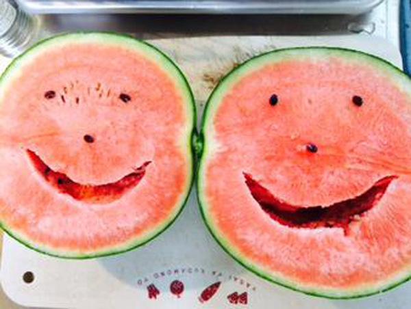 藏在西瓜里的笑脸(网页截图) 国际在线专稿:夏天是吃西瓜的季节,据日本媒体报道,最近,很多日本网友在社交网站发布微笑西瓜照片,引起了关注。这其实是切开西瓜后偶然出现的类似笑容的图样。 一些网友评论说,这西瓜太可爱了,都舍不得吃。也有的说:就像希腊神话中出现的水果。下次切西瓜时,我们也不妨看看有没有藏着独一无二的笑容吧。