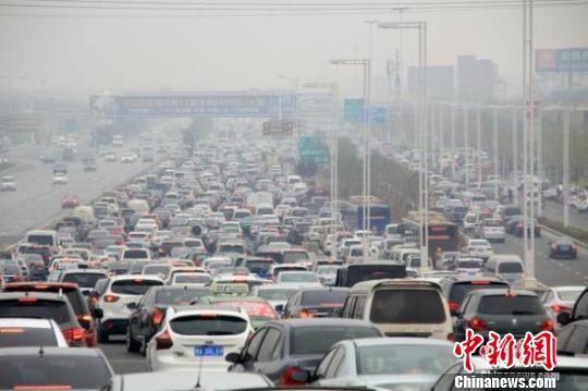 媒体四问收费公路改革:高速路是否成永久提款机