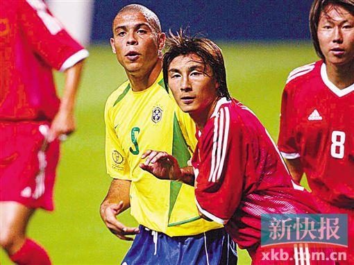 ■2002年,李玮锋代表中国队与巴西队较量,这是他足球生涯最辉煌的一个时刻。