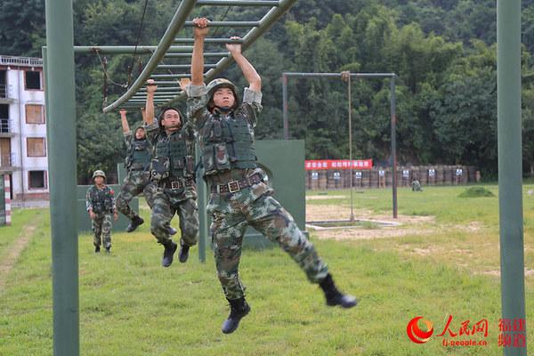 进行体能训练的武警特战队员-邹家骅摄-解密福州武警特战队的一天 8图片