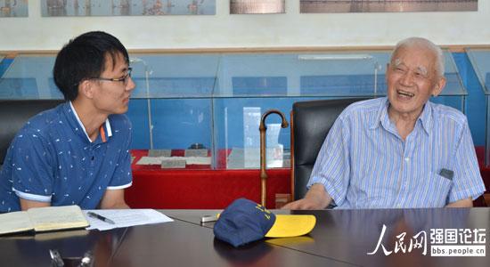江南大学学生与抗战老兵罗开贵(右)。