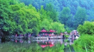 翠竹绿树红花,小桥流水人家.栾川县庙子镇庄子村美如画.