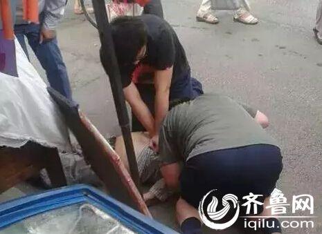 济南老人晨起遛弯突然倒地 路过医生紧急施救图片