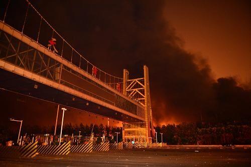 8月13日,天津港国际物流中心爆炸现场浓烟滚滚。