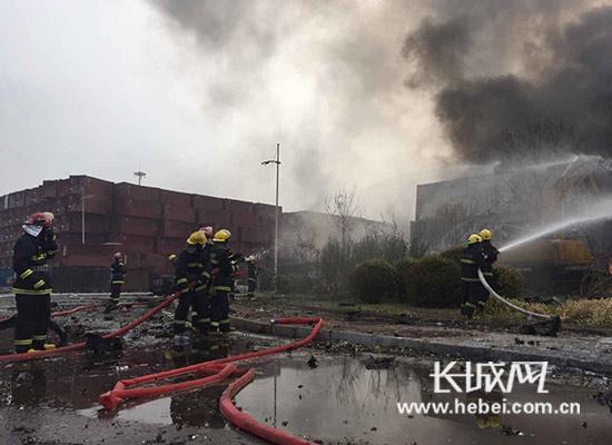 天津滨海新区危险品仓库爆炸事故救援现场。图片由河北省公安警察消防总队提供