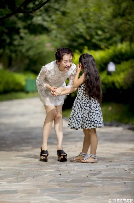 许晴穿白色连衣裙亲吻小女孩