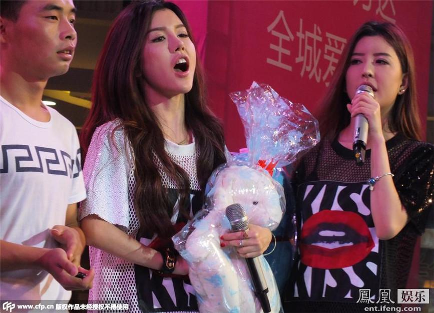 何猷君近日到北京贴身照顾BY2姐妹俩,全程对Yumi恩爱有加.Yumi