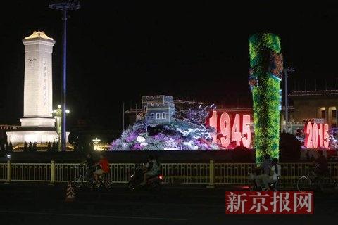 """天安门广场""""长城""""花坛开始调试夜景灯光。新京报记者薛珺摄"""