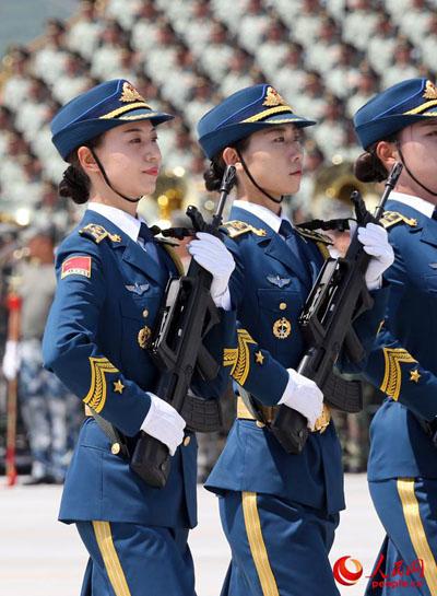 训练中的女兵