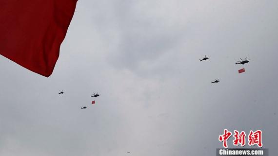 资料图:参加8月23日演练的空中护旗方队。盛佳鹏摄