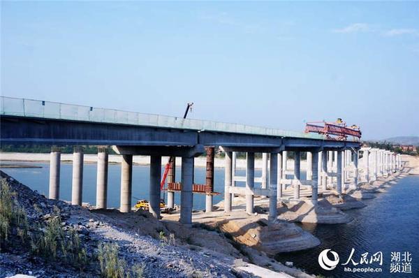 """至""""郧十""""高速公路互通的联接线,全长6公里的郧府大道中的一座在建大桥"""