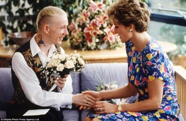 1992年,戴安娜王妃和艾滋病患者握手-那些震撼人心的历史照片 高清