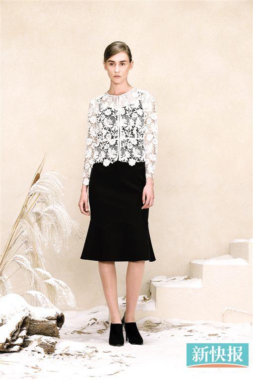 用白色蕾丝短上衣搭配黑色鱼尾裙