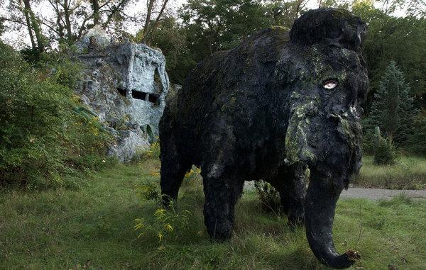 这组照片拍摄于美国密歇根州一个被遗弃的叫做史前森林乐园的恐龙主题乐园。该乐园建于1963年,2003年正式关闭,乐园里曾经还有滑水道和瀑布。被遗弃20多年后,现在这些人造恐龙仍然潜伏在森林中,它们已经年久失修,许多恐龙已经布满了青苔。