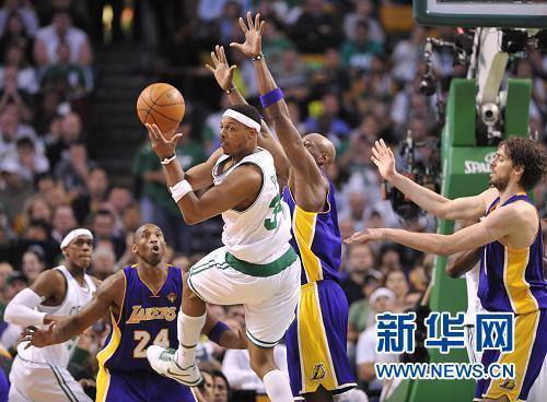 在2009-2010赛季NBA总决赛第四场比赛中,主场作战的波士顿凯尔特人队以96比89战胜卫冕冠军洛杉矶湖人队,将七战四胜的总比分扳成2比2平。新华社记者张军摄 图片来源:新华网