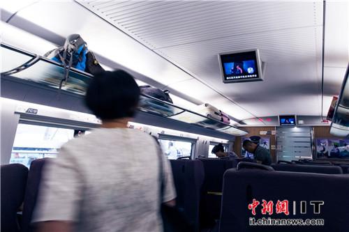 9月16日开往上海的高铁上,乘客一上车就看到了触动力的科技视频