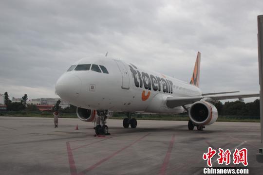 2015年9月28日,福建泉州晋江机场,由新加坡虎航运营的泉州-新加坡直飞航线正式启航,这是泉州成为继广州、桂林、海口等以及港澳台后虎航的第12个中国直航点。 黄如萍 摄 中新网泉州9月28日电 (黄如萍)由新加坡虎航运营的泉州-新加坡直飞航线于28日正式启航,这是泉州成为继广州、桂林、海口等以及港澳台后虎航的第12个中国直航点。当日16时15分,首航航班TR2927从福建泉州晋江机场出发飞往新加坡樟宜机场。 中国是虎航未来长期发展的重点,我们一直致力于开通更多进出中国二三线城市的直航航班。虎航销售与